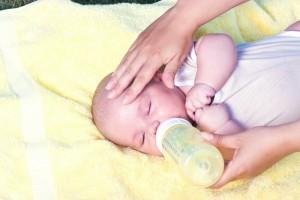 三个月的宝宝老是吐奶怎么回事吐奶后要接着喂吗